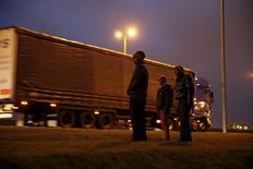 L'installation de barrières de protection de plus de quatre mètres de haut surmontées de barbelés a commencé dans la zone portuaire de Calais pour tenter d'empêcher le passage de migrants. /Photo prise le 23 octobre 2014/REUTERS/Pascal Rossignol