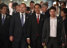 De izquierda a derecha, el primer ministro de Japón Shinzo Abe, el de Australia Tony Abbott, el presidente de Indonesia Joko Widodo y el ministro de Economía argentino Axel Kicillof caminan juntos  en la Galeria de Arte Moderno de Brisbane en Australia. 15 de noviembre de 2014.  Kicillof dijo el domingo que el Gobierno está muy conforme con que el comunicado final de la cumbre del G-20 en Australia aborde el tema de las reestructuraciones de deudas soberanas, en un video transmitido por el canal de Youtube de la Casa Rosada. REUTERS/Peter Parks/Pool