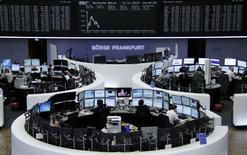 Помещение Франкфуртской фондовой биржи 17 ноября 2014 года. Европейские фондовые рынки снижаются после сообщения о рецессии в японской экономике в третьем квартале. REUTERS/Remote/Stringer