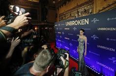 """Atriz Angelina Jolie posa para fotos durante a estreia mundial do filme """"Invencível"""", dirigido por ela, em Sydney. 17/11/2014. REUTERS/Jason Reed"""
