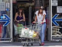 Una persona a la salida de un supermercado en Buenos Aires, ene 31 2014. Argentina creó un organismo de control de las operaciones del comercio exterior que busca establecer un sistema para la trazabilidad y el seguimiento de estas transacciones, informó el lunes el Boletín Oficial. REUTERS/Stringer