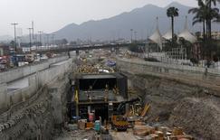"""Unos trabajadores en las obras del proyecto """"Vía Parque Rímac"""" en Lima, nov, 17 2013.  La tasa de desempleo en la capital de Perú bajó un 0,1 punto porcentual a un 5,7 por ciento en el trimestre móvil de agosto a octubre frente al mismo período del año pasado, dijo el lunes el Instituto Nacional de Estadística e Informática.  REUTERS/Mariana Bazo"""