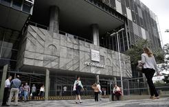 La compagnie pétrolière publique brésilienne Petrobras a promis lundi de faire toute la lumière sur le scandale de corruption qui la secoue et qui fragilise la présidente Dilma Rousseff moins d'un mois après sa réélection à la tête du pays. /Photo prise le 14 novembre 2014/REUTERS/Sergio Moraes