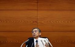 Haruhiko Kuroda, gouverneur de la Banque du Japon. L'institution bancaire a laissé sa politique monétaire inchangée alors que des données publiées lundi ont montré que le pays était tombé en récession au troisième trimestre, semblant vouloir se donner le temps d'évaluer les effets des nouvelles mesures d'assouplissement annoncées le mois dernier. /Photo prise le 7 octobre 2014/REUTERS/Yuya Shino