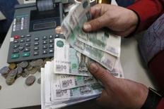 Сотрудник частной красноярской компании считает рубли 6 ноября 2014 года. Рубль торгуется в узких диапазонах на сессии среды при низкой спекулятивной активности и незначительных реальных денежных потоках на рынке после ухода с него Центробанка. REUTERS/Ilya Naymushin