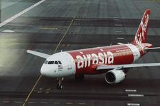 Самолет AirAsia в аэропорту Куала-Лумпура 19 августа 2014 года. Чистая прибыль крупнейшего авиаперевозчика Азии по числу пассажиров малайзийской AirAsia Bhd резко снизилась в третьем квартале из-за роста операционных затрат и расходов на финансирование. REUTERS/Olivia Harris