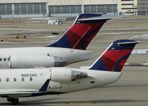 La compagnie aérienne américaine Delta Airlines a annoncé jeudi la commande de 50 gros porteurs d'Airbus pour livraison à partir de 2017 et 2019. /Photo d'archives/REUTERS/Tom Gannam