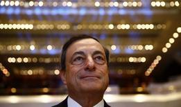 El presidente del Banco Central Europeo, Mario Draghi, espera el inicio del congreso de la banca europea en Frankfurt, 21 noviembre, 2014.  El Banco Central Europeo está dispuesto a actuar con rapidez si persiste la inflación baja, dijo el viernes el presidente del BCE, Mario Draghi. REUTERS/Kai Pfaffenbach