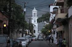"""Vista de una calle en la zona colonial de Santo Domingo. Imagen de archivo, 23 abril, 2010. La agencia Fitch Ratings subió la calificación soberana de República Dominicana a """"B+"""" desde """"B"""", con una perspectiva estable, porque considera que el país ha podido resistir condiciones locales y externa adversas. REUTERS/Eduardo Munoz"""