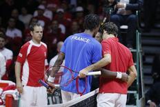 Monfils e Federer se cumprimentam após vitória do francês na final da Copa Davis.   REUTERS/Gonzalo Fuentes