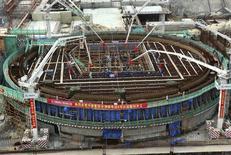 Строящийся 4-й энергоблок Тяньваньской АЭС в Китае 27 сентября 2013 года. Китайский крупнейший производитель атомной энергии CGN Power Co Ltd собирается сегодня начать процесс IPO на сумму до 24,52 миллиарда гонконгских долларов ($3,16 миллиарда), чтобы привлечь средства для экспансии. REUTERS/China Daily