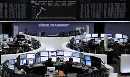 Les principales Bourses européennes accentuent leurs gains lundi à mi-séance, portées par la remontée du moral des chefs d'entreprise allemands et les annonces de politique monétaire en Chine et en Europe.  Vers 12h35, CAC 40 gagne 0,81% à Paris, le Dax prend 0,66% à Francfort alors que le FTSE recule de 0,11% à Londres. /Photo prise le 24 novembre 2014/REUTERS/Remote