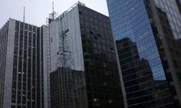 Funcionários suspensos por cordas trabalham em prédio na Avenida Paulista. 21/04/2014 REUTERS/Nacho Doce