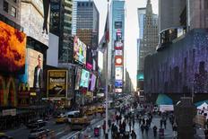 Personas caminan por Times Square en Nueva York. imagen de archivo, 19 noviembre, 2014.  El sector servicios de Estados Unidos se expandió en noviembre a un ritmo más lento que el mes anterior pues se moderó el crecimiento de los nuevos negocios, mostró el lunes un reporte. REUTERS/Lucas Jackson