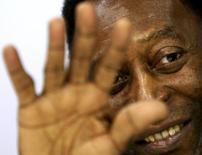 O ex-jogador Pelé acena durante um evento promocional em São Paulo, em maio. 23/05/2014 REUTERS/Paulo Whitaker