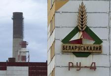 Вывеска на здании шахты Беларуськалия под Солигорском 31 августа 2013 года. Российский агрохимический холдинг Фосагро сообщил в понедельник, что подписал новый контракт на поставки хлоркалия с Беларуськалием. REUTERS/Vasily Fedosenko