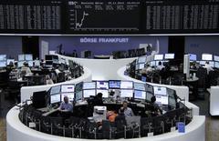 Les Bourses européennes poursuivent mardi sur la lancée des deux séances précédentes, qui ont porté les principaux indices de la zone euro à des plus hauts de deux mois avec la baisse inattendue des taux en Chine et la perspective d'une action de la Banque centrale européenne (BCE) pour soutenir l'activité. À Paris, le CAC 40 gagnait 0,61% vers 12h30. Le Dax s'adjuge 0,99% à Francfort mais à Londres le FTSE limite sa progression à 0,13%. /Photo prise le 25 novembre 2014/REUTERS