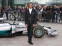 Campeão da Fórmula 1 Lewis Hamilton posa para foto com sua Mercedes em Manchester, na Inglaterra. 25/11/2014 REUTERS/Andrew Yates