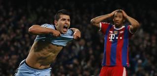 Atacante Sergio Aguero comemora gol marcado contra o Bayern de Munique pela Liga dos Campeões. 25/11/2014 REUTERS/Phil Noble