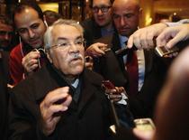 """Ali al-Naimi, el ministro de Petróleo de Arabia Saudita, habla con periodistas mientras llega a su hotel antes de la reunión de la OPEP en Viena, 24 noviembre, 2014. Ali al-Naimi dijo el miércoles a la prensa que cree que el mercado del crudo """"se estabilizará por sí solo con el tiempo"""". REUTERS/Heinz-Peter Bader"""
