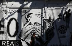 Grafite com uma versão da nota de Real, no centro do Rio de Janeiro. 31/07/2014. REUTERS/Pilar Olivares