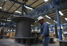 Un trabajador en la planta de cables de acero de TIM en Huamantla, México, 11 oct 2013. Las exportaciones manufactureras de México crecieron en octubre a su mayor tasa en cinco años mientras que las importaciones de bienes de consumo aumentaron, apuntando a que una leve recuperación de la segunda economía de América Latina podría estar ganando impulso. REUTERS/Tomas Bravo