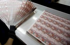 Un trabajador revisa plantillas de billetes de 10 reales en la Casa de la Moneda brasileña en Río de Janeiro, ago 23 2012. El Gobierno central de Brasil tuvo un superávit presupuestario primario de 4.101 millones de reales (1.630 millones de dólares) en octubre, dijo el miércoles el Tesoro de la mayor economía de América Latina. REUTERS/Sergio Moraes