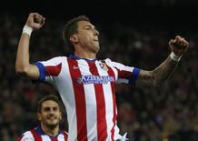 Atacante Mario Mandzukic, do Atlético de Madri, comemora gol marcado contra o Olympiakos pela Liga dos Campeões em Madri. 26/11/2014 REUTERS/Juan Medina