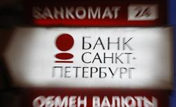 """Вывеска у офиса банка Санкт-Петербург в Санкт-Петербурге 25 марта 2013 года. Российский банк Санкт-Петербург увеличил чистую прибыль за 9 месяцев 2014 года на 13,5 процента до 4,1 миллиарда рублей при рентабельности капитала (ROАE) в 11,1 процента и пообещал """"непростой"""" 2015 год. REUTERS/Alexander Demianchuk"""