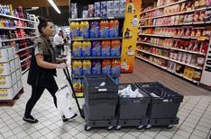 Employée d'un supermarché préparant une commande passée en ligne par un client. Selon la dernière étude annuelle sur le e-commerce du cabinet PwC, les magasins des grandes enseignes de distribution en France retrouvent les faveurs des acheteurs sur internet et récoltent les fruits de leurs investissements dans le multicanal. /Photo d'archives/REUTERS/Régis Duvignau