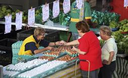 Clientes compram ovos em um mercado livre de São Paulo. 28/05/2013. REUTERS/Paulo Whitaker