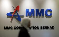 Логотип MMC Corp. Bhd. в офисе компании в Куала-Лумпуре 17 мая 2006 года. Малайзийская строительная компания MMC Corp заявила, что планирует провести IPO дочерней энергокомпании - Malakoff Bhd, которое оценивается банкирами в сумму, превышающую $1 миллиард. REUTERS/Bazuki Muhammad