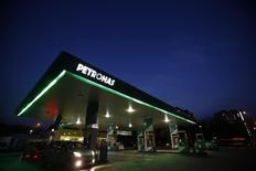 АЗС Petronas близ Куала-Лумпура 26 августа 2013 года. Государственная нефтяная компания Малайзии Petronas снизила прибыль на 12,4 процента в третьем квартале из-за низких цен на нефть, курса доллара и слабых продаж сжиженного газа. REUTERS/Bazuki Muhammad