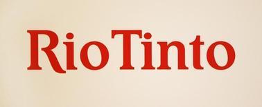 El logo de Rio Tinto visto en un panel durante una conferencia de prensa en Sidney. Imagen de archivo, 29 noviembre, 2012.  La minera global Rio Tinto aplazó sus planes de construir una mina de 1.000 millones de dólares en Australia, intensificando los recortes de costos en medio de una caída en los precios del mineral de hierro para poder cumplir su promesa de mejorar la rentabilidad para sus accionistas. REUTERS/Tim Wimborne