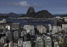 El vecindario de Botafogo con el Pan de Azúcar de fondo visto en Rio de Janeiro. Imagen de archivo, 24 febrero, 2011. La economía de Brasil está preparada para crecer más velozmente en el cuarto trimestre y durante el año próximo, dijo el viernes el Ministerio de Hacienda de Brasil, en un comentario sobre los datos de la economía del país en el tercer trimestre. REUTERS/Ricardo Moraes