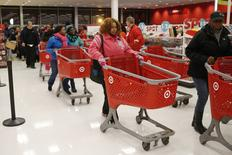 Grande surface Target à Chicago. Les Américains ont moins dépensé que l'an dernier dans les magasins pendant le long week-end de Thanksgiving qui donne traditionnellement le coup d'envoi de la période des fêtes aux Etats-Unis, du fait de promotions lancées en avance et d'achats en ligne. /Photo prise le 27 novembre 2014/REUTERS/Andrew Nelles