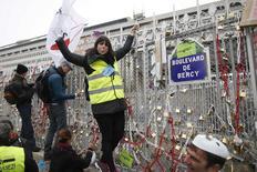 """Cadenas accrochés aux grilles de Bercy, symboles pour les patrons de leur contestation. Des milliers de chefs d'entreprise sont descendus lundi dans la rue à Paris (photo) et Toulouse, à l'appel de la CGPME et aux cris de """"Libérez l'entreprise"""". /Photo prise le 1er décembre 2014/REUTERS/Charles Platiau"""