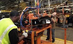 Unos trabajadores ensamblan una batería en un vehículo en la planta de Ford en Wayne, EEUU, nov 7 2012. La actividad fabril de Estados Unidos se moderó en noviembre, pero ganancias sostenidas en los nuevos pedidos y un repunte de las órdenes por exportaciones sugieren que la economía permanece en un pie sólido, pese a la desaceleración del crecimiento global.  REUTERS/Rebecca Cook