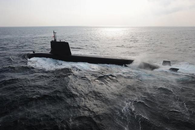 12月2日、複数の豪政府高官は、次期潜水艦建造計画で、競争入札は行わないと発言した。日本企業が受注する可能性が高まったと言えそうだ。写真は日本の海上自衛隊が保有する「そうりゅう」型潜水艦。海上自衛隊提供(2014年 ロイター)