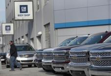 General Motors a annoncé le rappel de 316.357 berlines et SUV, essentiellement en Amérique du Nord, en raison d'un défaut de fonctionnement des feux de croisement. /Photo d'archives/REUTERS/Rebecca Cook