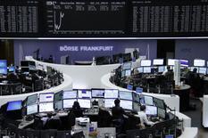 Les Bourses européennes évoluent mardi dans le désordre à la mi-séance. Vers 11h00 GMT, le CAC 40 parisien est pratiquement stable, gagnant 0,1% à 4.381,67 points. Le FTSE progresse au même moment de 1,04% tandis que le Dax recule de 0,2%. /Photo prise le 2 décembre 2014/REUTERS