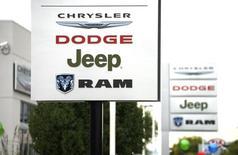 Placas do lado de fora de uma concessionária da Chrysler, em Broomfield, Colorado, nos EUA. 01/10/2014 REUTERS/Rick Wilking