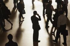 Un hombre habla por su celular en medio del Gran Central Terminal en Nueva York. Imagen de archivo, 25 septiembre, 2014. Los presidentes ejecutivos estadounidenses se muestran pesimistas con sus planes de gasto y el panorama de la economía, pero son más positivos en sus perspectivas de contrataciones, según un sondeo trimestral de la asociación Business Roundtable hecho público el martes. REUTERS/Zoran Milich