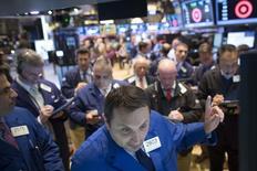 La Bourse de New York a fini en hausse mardi, soutenue par des fusions-acquisitions qui ont contribué au rebond du marché, après son net recul de la veille où l'indice S&P 500 a accusé sa plus forte perte quotidienne en un mois. /Photo d'archives/REUTERS/Brendan McDermid