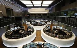 Помещение Франкфуртской фондовой биржи 5 июня 2014 года. Европейские фондовые рынки растут, но акции Adidas и Metro, активно работающих на российском рынке, упали. REUTERS/Ralph Orlowski