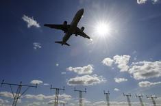 La demande internationale de fret aérien atteint des niveaux inégalés depuis 2010 avec une croissance de 5,4% en octobre. L'Europe continue cependant de faire moins bien que les autres grandes zones du monde /Photo d'archives/REUTERS/Toby Melville