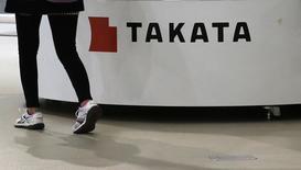 Una mujer pasa frente al logo de Takata Corp dentro de un salón de ventas en Tokio. Imagen de archivo, 5 noviembre, 2014. El poderoso Ministerio de la Industria de Japón llamó al presidente ejecutivo de Takata Corp, Shigehisa Takada, para que explique qué está haciendo la compañía para resolver una crisis por airbags potencialmente mortales, dijeron a Reuters dos personas con conocimiento de la situación. REUTERS/Toru Hanai