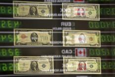 Le calendrier de la hausse des taux directeurs aux Etats-Unis et en Grande-Bretagne sera la principale cause de volatilité sur le marché des devises l'année prochaine, selon des stratégistes change interrogés par Reuters qui s'attendent à une poursuite de la hausse du dollar. /Photo d'archives/REUTERS/Kacper Pempel