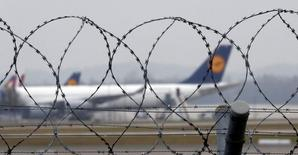 Les pilotes de Lufthansa ont entamé aux premières heures de jeudi leur deuxième grève de la semaine, clouant au sol la moitié des vols long-courriers prévus par la compagnie allemande, dans le cadre d'un conflit sur les départs à la retraite. /Photo prise le 2 décembre 2014/REUTERS/Michael Dalder