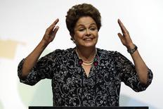 La presidenta de Brasil, Dilma Rousseff, habla durante una ceremonia en Brasilia. Imagen de archivo, 27 noviembre, 2014. La presidenta de Brasil, Dilma Rousseff, ganó una reñida victoria en el Congreso la madrugada del jueves con la aprobación de una legislación que libera a su Gobierno de cumplir con su meta de ahorro fiscal para este año. REUTERS/Ueslei Marcelino